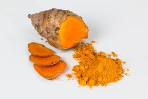 whole turmeric root with 3 slices and powder
